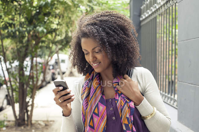 African american Woman using cell phone — Stock Photo