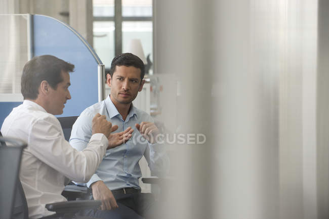 Colleagues discussing innovative solution to everyday problem — Stock Photo