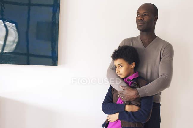 Africano americano padre abrazando hijo - foto de stock
