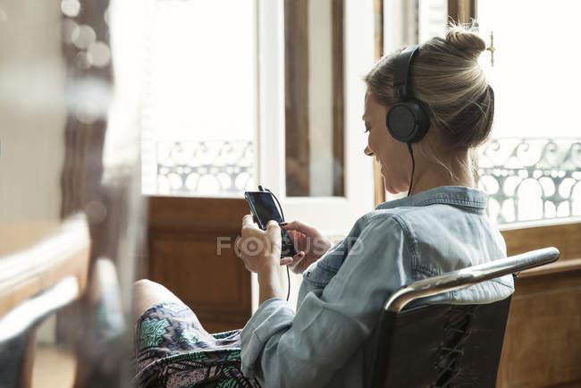 Donna che usando smartphone multimediale — Foto stock
