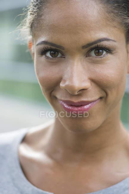 Femme souriante gaiement, portrait — Photo de stock