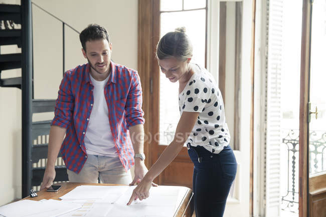 Colleagues collaborating on project at home office — Stock Photo