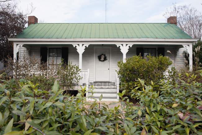 Außenseite des kleinen Haus mit grünen Hof — Stockfoto