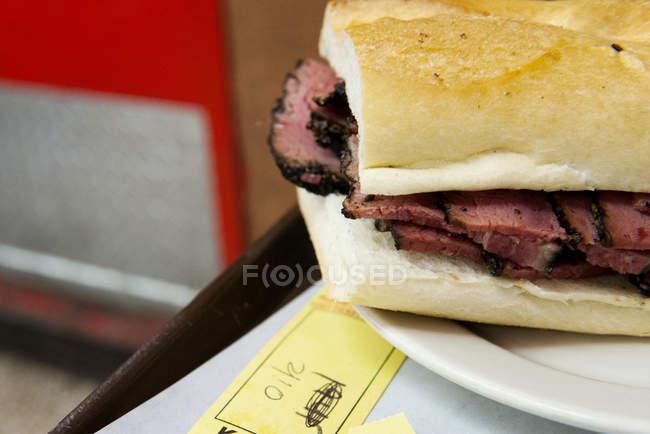 Gros plan de Pastrami deli sandwich sur l'assiette — Photo de stock