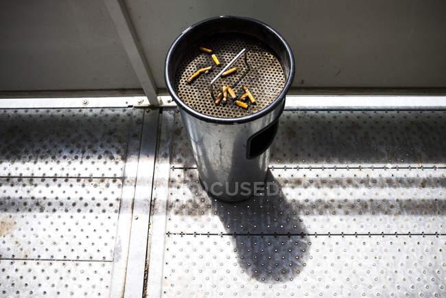 Сигаретные окурки в пепельнице на улице — стоковое фото