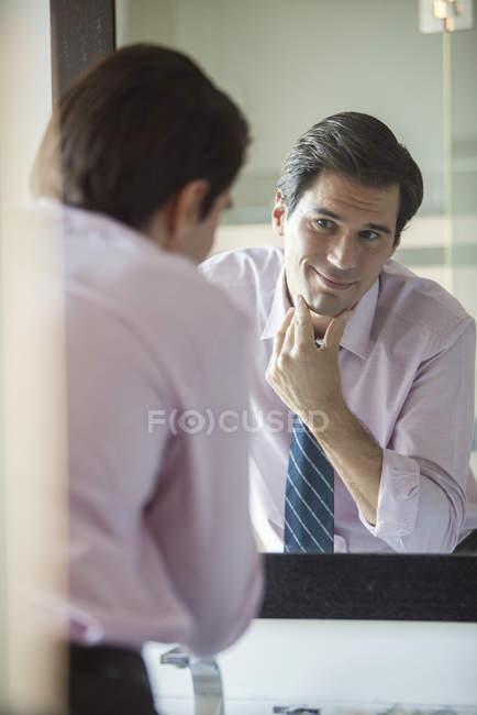 Man blickt auf sein Spiegelbild im Spiegel — Stockfoto
