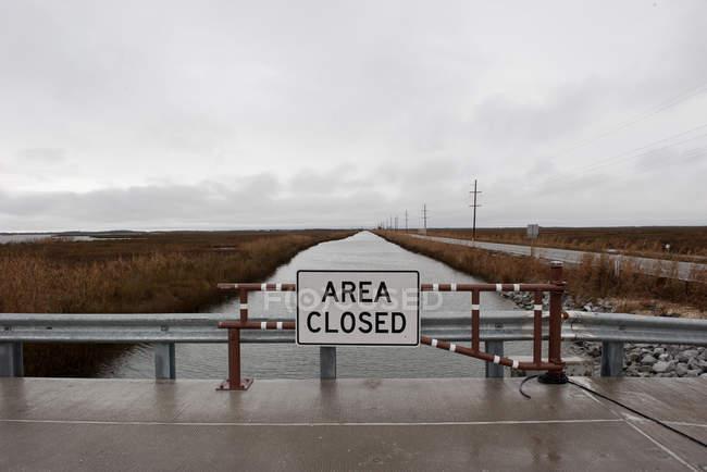 Область, закрита знак на мосту — стокове фото