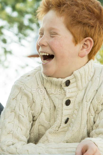 Портрет руда хлопчик сміятися на відкритому повітрі — стокове фото