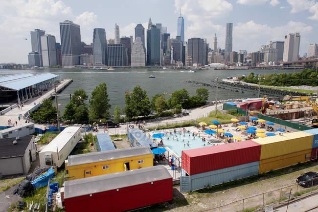 Estados Unidos, Nueva York, Ciudad de Nueva York, Bajo Manhattan visto desde Brooklyn Bridge Park - foto de stock