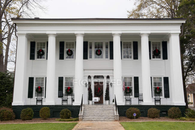 Facade of Historic american antebellum home decorated with christmas wreaths — Stock Photo