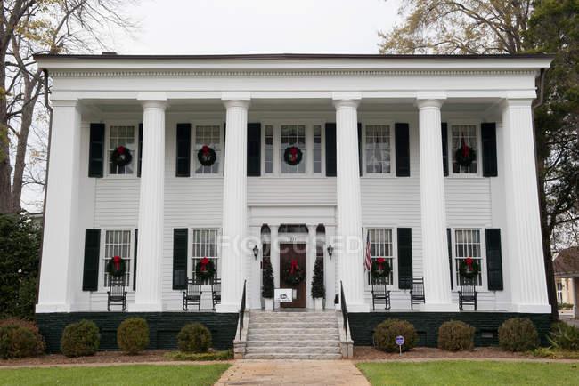 Fassade des historischen amerikanischen antebellum Haus verziert mit Weihnachtskränze — Stockfoto