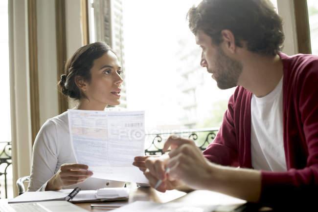 Пара обсуждений семейных финансовых вопросов — стоковое фото