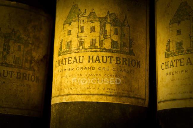 Пилові етикетки старих вино пляшки, великим планом — стокове фото