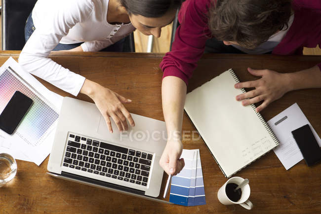Team members collaborating on project — Stock Photo