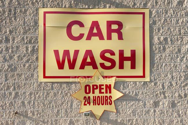 Fermer le panneau de lavage de voiture accroché au mur — Photo de stock