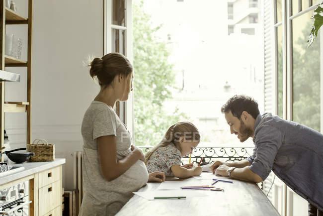 Madre incinta guardando come spendere tempo di qualità figlia con padre — Foto stock