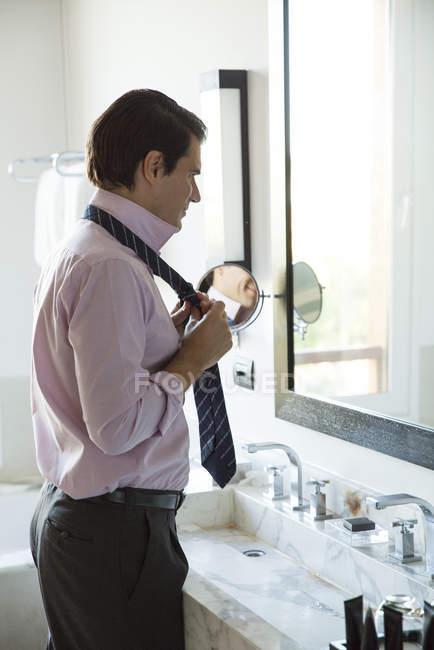Homme de s'habiller, réglage cravate en miroir — Photo de stock
