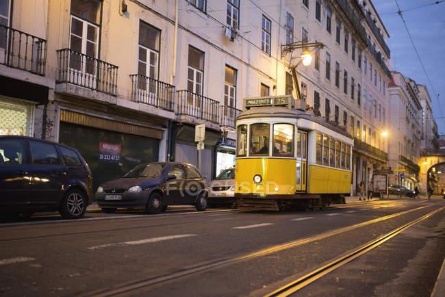 O eléctrico na rua de Lisboa, Portugal — Fotografia de Stock