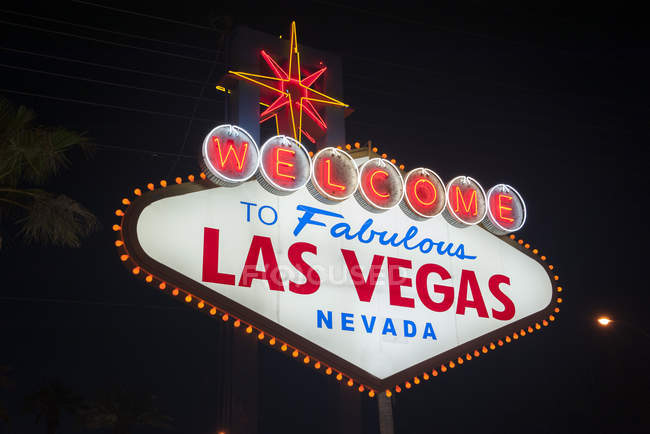 Illuminated welcome sign at night, Las Vegas, Nevada, USA — Stock Photo