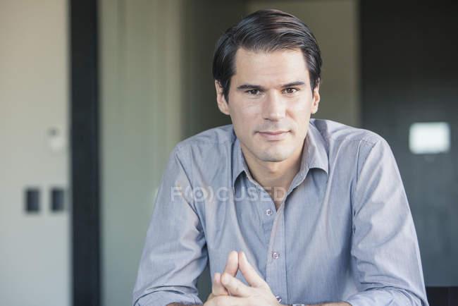 Portrait d'homme d'affaires négligemment habillée à la recherche dans la caméra — Photo de stock