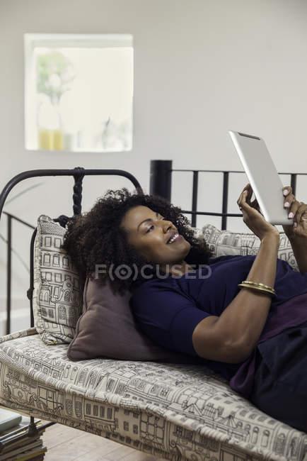 Lettura e-book su tavoletta digitale della donna — Foto stock