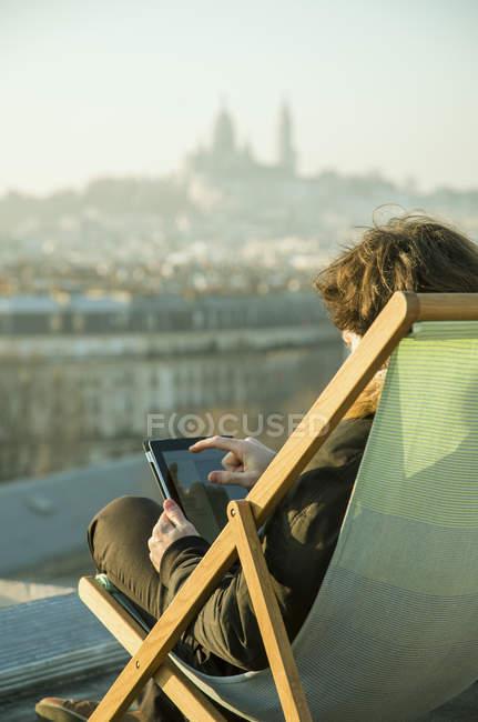 Mann mit digital-Tablette auf Dachterrasse — Stockfoto