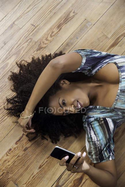 Vista dall'alto del messaggio SMS della donna sullo smartphone — Foto stock