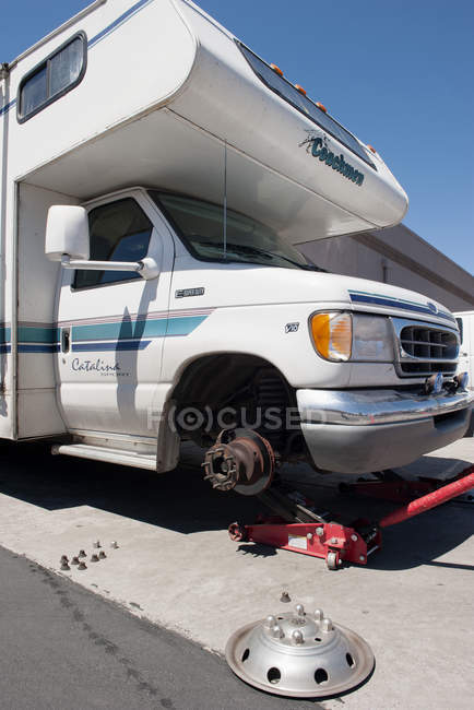 Motor home having a tire changed — Stock Photo