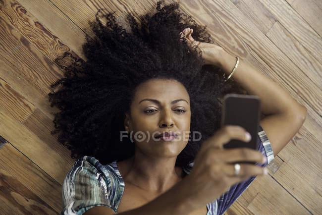 Vue aérienne de femme tenant selfie avec smartphone — Photo de stock