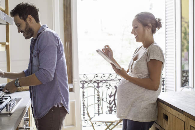Пара дома вместе на кухне — стоковое фото