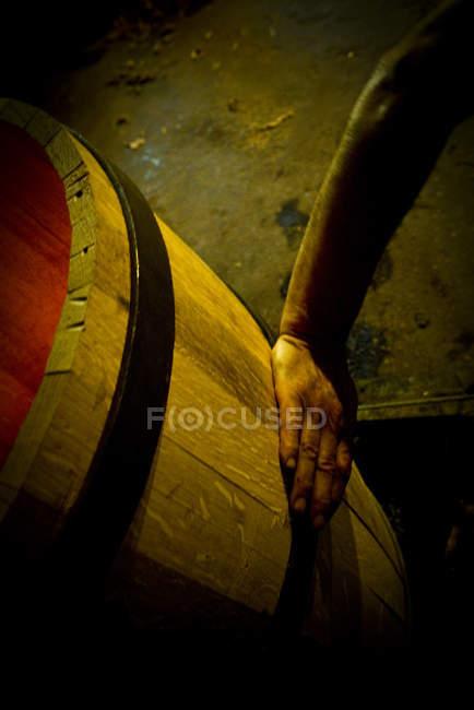 Nahaufnahme der Hand, die ein Holzfass berührt — Stockfoto