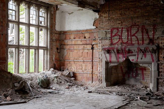 Vista interna di un edificio abbandonato distrutto da un incendio — Foto stock