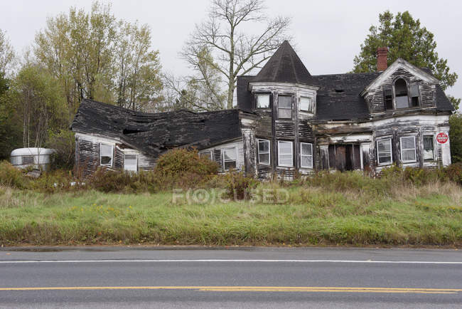 Facade of Abandoned burned house at the road — Stock Photo