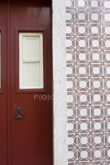 Червоні двері і багато прикрашений кахельної стіною, Лісабон, Португалія — стокове фото