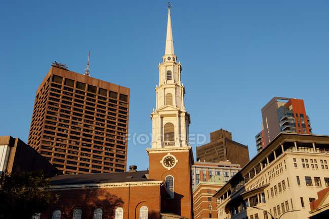 Крутой склон исторической церкви Парк-стрит в Бостоне, штат Массачусетс, США — стоковое фото