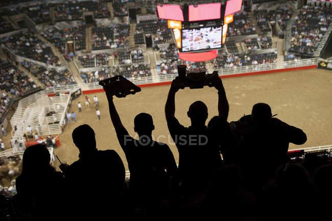 Espectadores viendo el rodeo en estadio - foto de stock