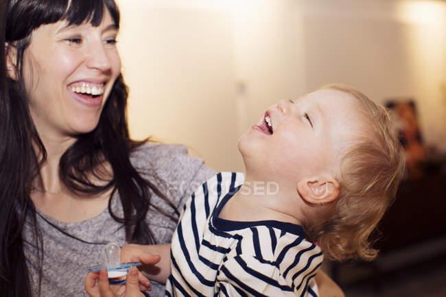 Портрет матери и малыша, делящихся смехом — стоковое фото