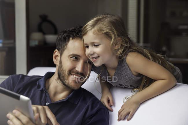 Отец и дочь используют цифровой планшет вместе — стоковое фото
