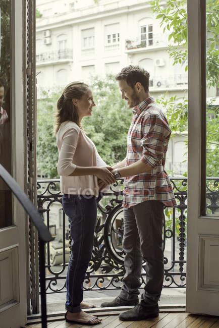 Retrato do marido segurando barriga da esposa grávida — Fotografia de Stock