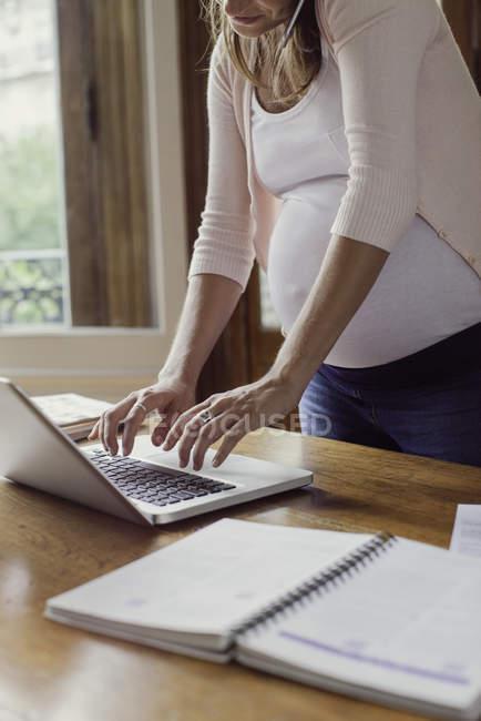 Donna che programma appuntamento online — Foto stock