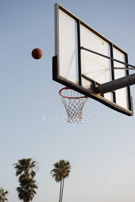 Баскетбол бросают в баскетбольное кольцо — стоковое фото