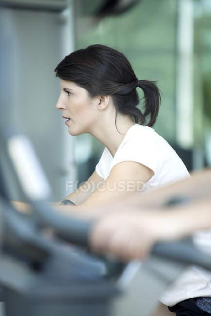 Женщина работает в фитнес-клубе — стоковое фото