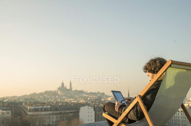 Mann entspannend auf Dachterrasse mit digital-Tablette — Stockfoto