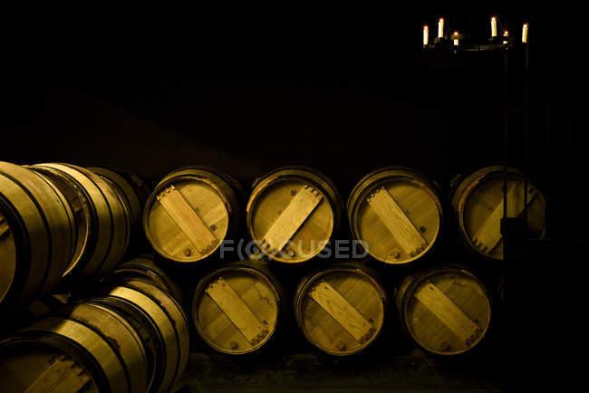 Barris de vinho de madeira em vinícola — Fotografia de Stock