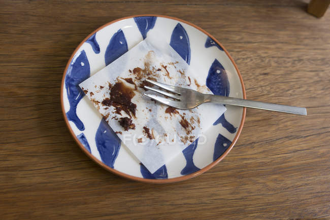 Overhead view of Remnants of Chocolate cake on the plate — Stock Photo