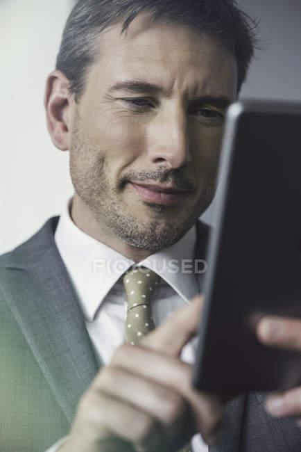 Портрет Бізнесмена за допомогою Цифрової таблички — стокове фото