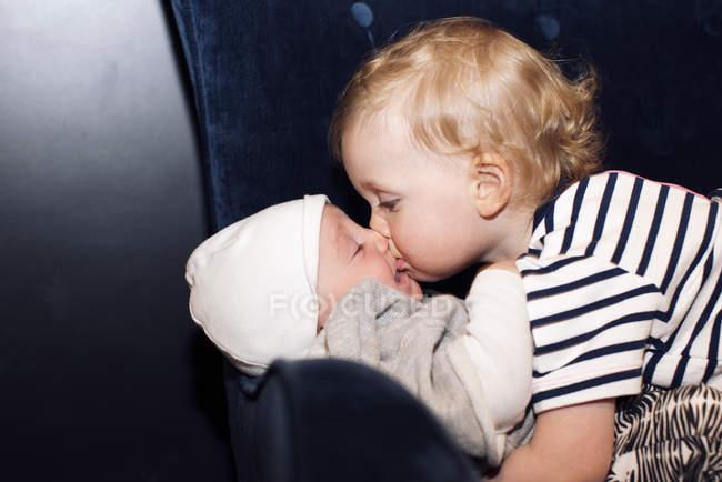 Kleinkind umarmt Baby-Geschwister — Stockfoto