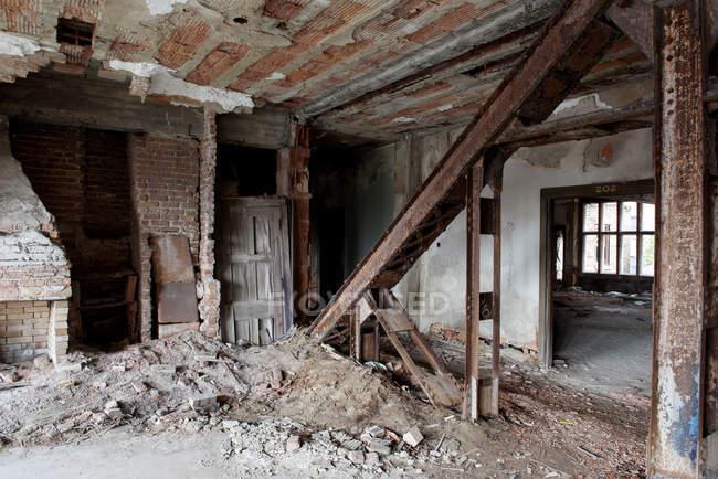 Interno di un edificio abbandonato demolito — Foto stock