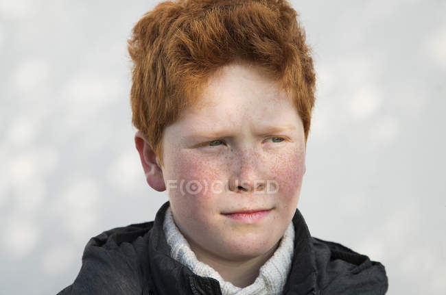 Retrato de menino, olhando para longe no pensamento — Fotografia de Stock