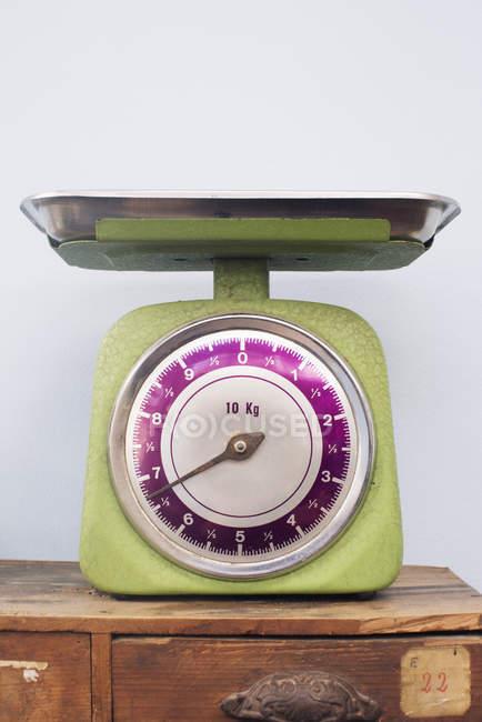 Chiuda in su della bilancia da cucina sulla cassa di legno — Foto stock